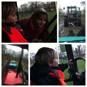 De kinderen redden papa met hun tractor uit de modder...